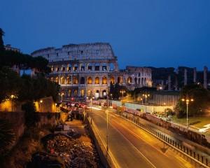 """Romë, """"Colosseo"""" pushtohet nga mbeturinat"""
