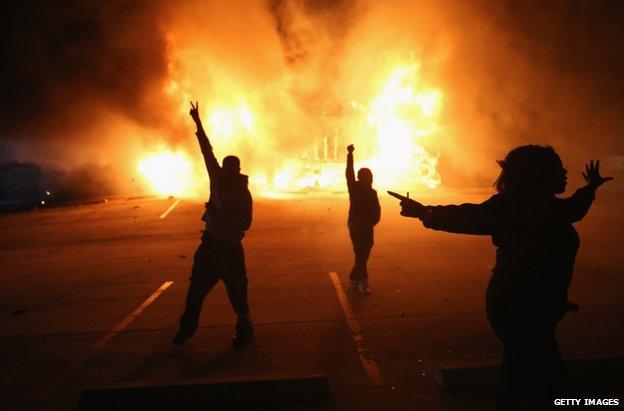 Protesta ne mbare SHBA kunder vendimit per te mos derguar ne gjyq policin qe vrau nje te ri me ngjyre