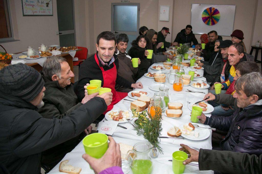 Veliaj sherben mengjesin ne Qendren Sociale ne Laprake per 40 persona 5