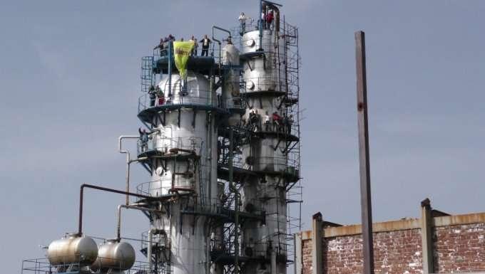 Naftëtarët e Fierit protestë nga maja e kullës së rafinerisë