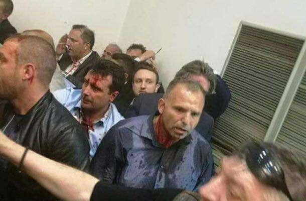 15 urdhër-arreste për dhunën në Parlamentin e Maqedonisë, 4 në…