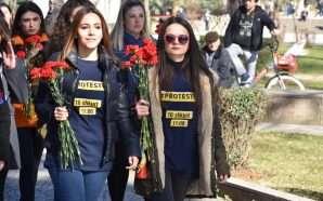 Nga pankartat tek lulet, çfarë mbajnë në duar protestuesit