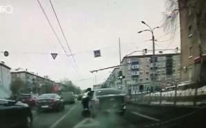 Tenton t'i ikë policit, e tërheq zvarrë me makinë (Video)