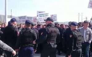 Fermerët sërish në protestë, bllokojnë rrugën në Lushnje (Video)