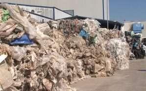 Qeveria tërhiqet nga taksa e plastikës