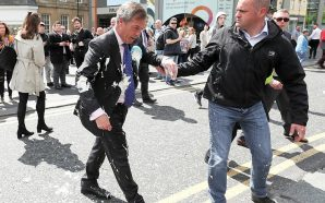 Sulmohet me qumësht Nigel Farage