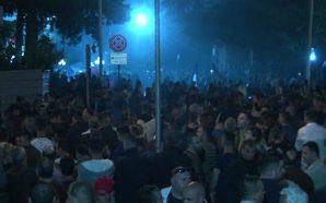 Policia hedh ujë drejt protestuesve (Video)