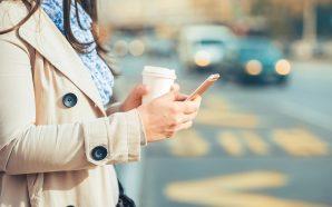 Gjobë këmbësorëve që përdorin celularin në rrugë