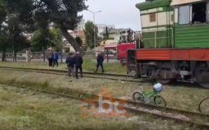 Treni përplas për vdekje 16-vjeçarin