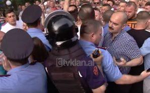 Goditën policinë në përpjekje për të bllokuar eskortën e Ramës