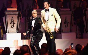 Lady Gaga puthet me instrumentistin e saj