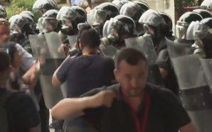 Mbështesit e opozitës përplasen me policinë para mitingut të PS