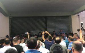 Sulmohet KZAZ në Shkodër, mbështetësit e opozitës i vënë flakën…