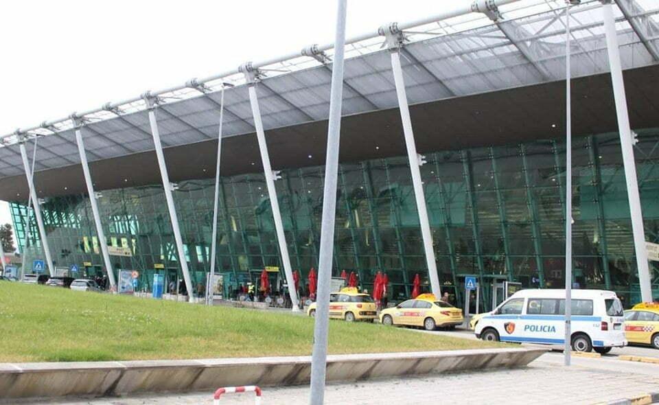 Kontrolli në Rinas, arrestohet një 23 vjeçare dhe një punonjës i aeroportit - Tv Klan