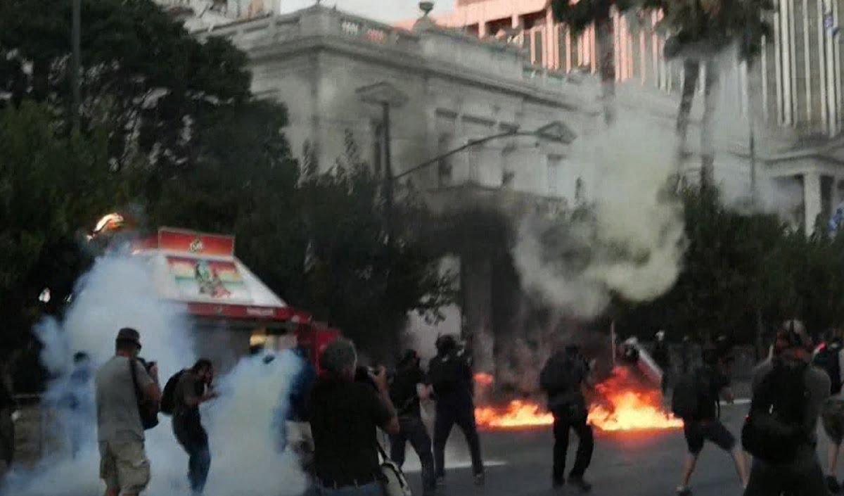 Athina përfshihet nga protesta të dhunshme