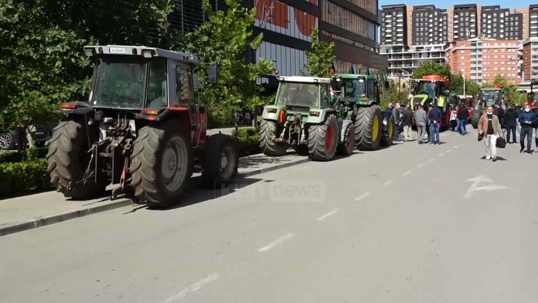 Protesta me 200 traktorë e Fermerëve të Kosovës